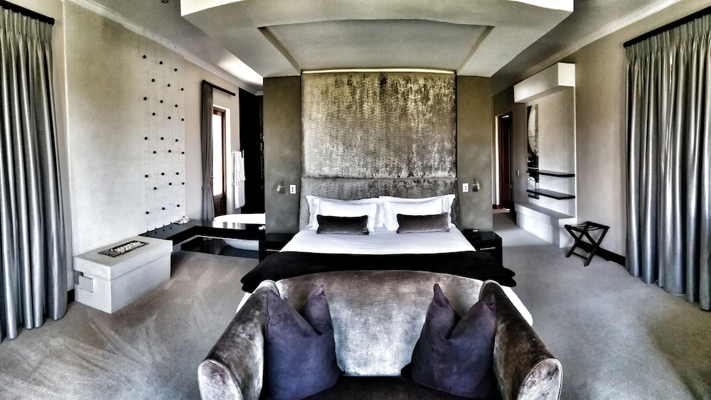 constantia chatrooms Dongola house luxury guest house accommodation cape town, is situated within the tranquil constantia valley & constantia wine route, (cape town's vineyard) and borders a nature rich green belt with stunning views of constantiaberg mountain.